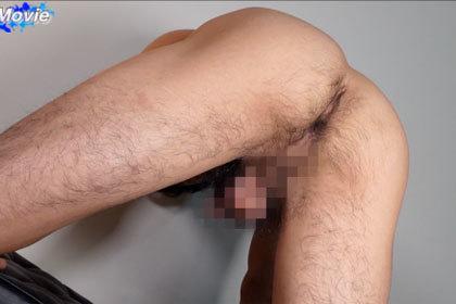 初デビュー!!20歳の筋肉ノンケが巨大オナホで激しく腰を振る!腹筋をしならせ豪快射精.jpg
