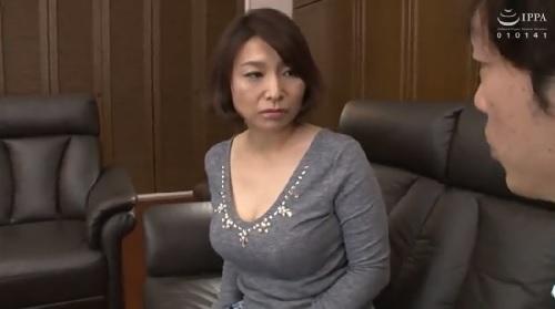 時田こずえ欲求不満な熟女妻がオナニーを息子の友達に見られて・・・