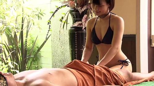 自然に囲まれた開放的な隠れ家でビキニ水着を着た女の子がマッサージ