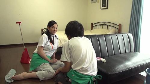 児玉るみ 家事代行サービスの訪問先で先輩のおばさんに欲情して・・・