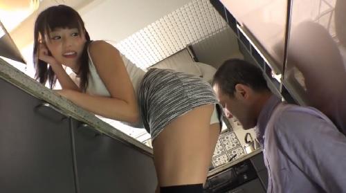 浜崎真緒 キッチンで物を探す父親に業とパンチラを見せ付けて誘惑する娘