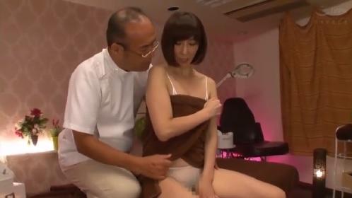 澤村レイコ 整体師の巧みなテクでポルチオ刺激されて潮吹きアクメしちゃう人妻