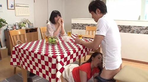 親友の彼氏をテーブル下に隠れて寝取っちゃう痴女系のエロい女の子
