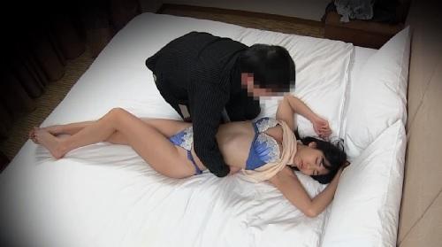 酔い潰れた憧れの同僚女子社員をお持ち帰りしてホテルで寝込みを襲ってエッチ