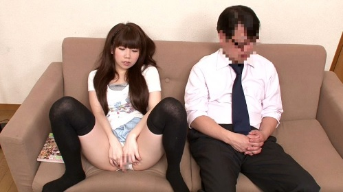 父親と一緒に娘と2人っきりでAV鑑賞した娘が欲情してこっそりオナニー