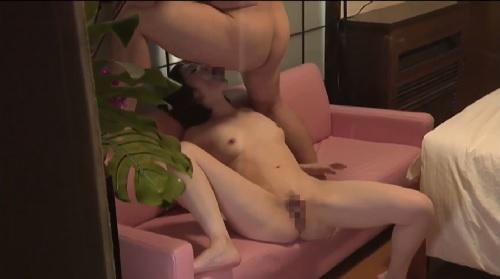 本庄優花 妻が他の男とSEXしているところを覗き見て興奮する変態夫