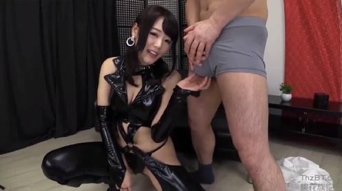 浜崎真緒 エナメルボンテージコスチュームを着た痴女お姉さんがM男責め