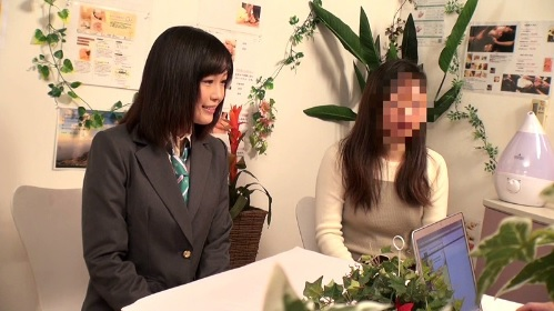 母親同伴で訪れたエステ店でイタズラされてハメられてしまう女子校生