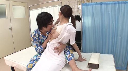 蓮実クレア 夫の開業する医院でショタな男の子にイタズラされちゃう人妻ナース