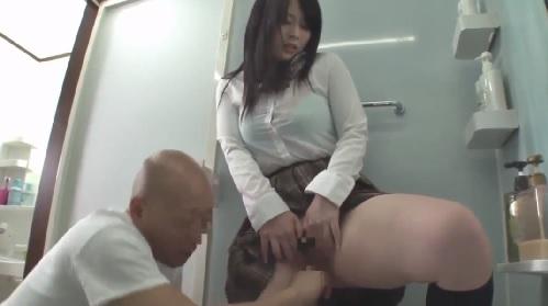 彼氏に勝手に中出しされて膣内洗浄していた娘を手伝う父親がフル勃起させてしまい・・・