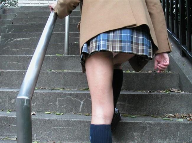 絶対目視してはいけない!階段下からミニスカJKを見上げる絶景www0002shikogin