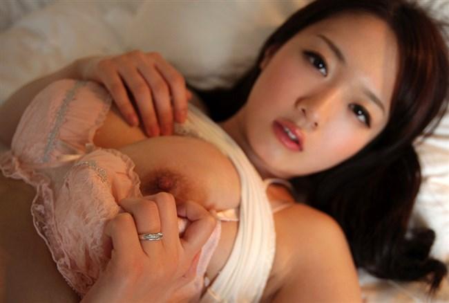 片乳だけ出して男を誘惑中のお姉さんがこちらwwww0013shikogin