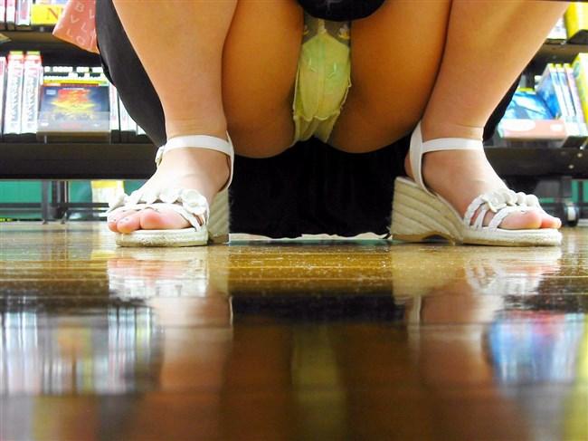 お店の陳列棚の向こうで見られるラッキーパンチラの無防備感wwwww0004shikogin