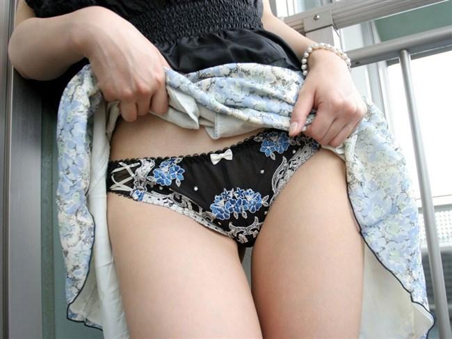 誘ってるとしか思えない!スカートたくし上げてパンツ見せつけてくるお姉さんwwww0020shikogin