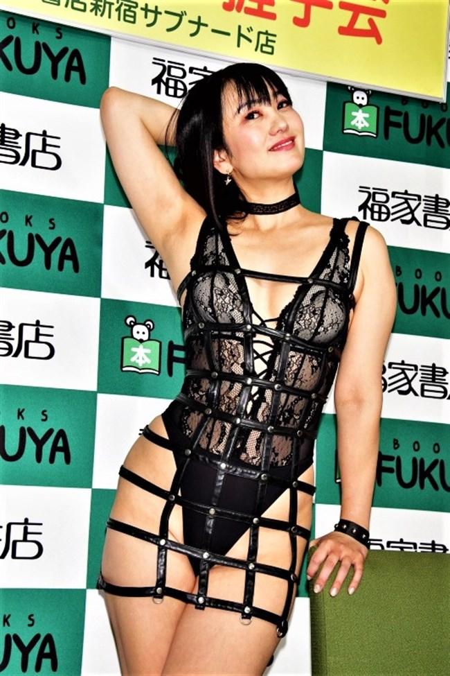 脊山麻理子~新作DVD発売記念イベントで超エロいボンデージ姿で登場し唖然!0009shikogin