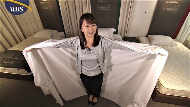 片渕茜~WBSでまたしても巨乳アピール!ベッドに寝転んで胸を張り丸みを強調!0006shikogin