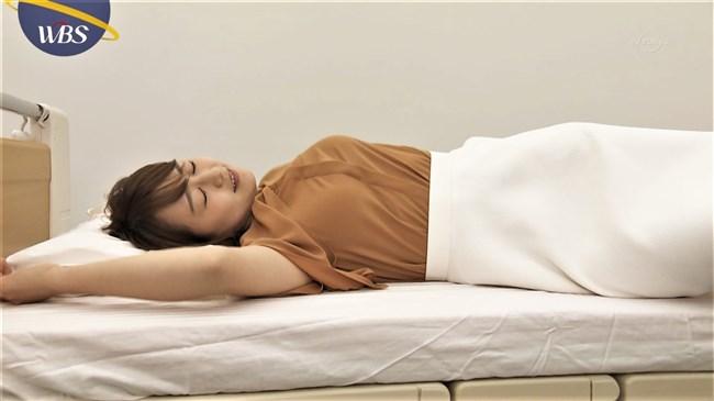 片渕茜~WBSでまたしても巨乳アピール!ベッドに寝転んで胸を張り丸みを強調!0011shikogin