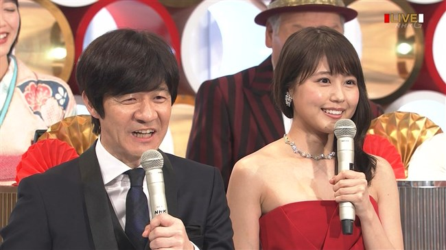 有村架純~NHK紅白歌合戦でのドレスが下がってきて胸の谷間が見えスリリング!0013shikogin