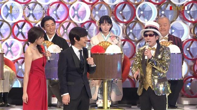 有村架純~NHK紅白歌合戦でのドレスが下がってきて胸の谷間が見えスリリング!0010shikogin