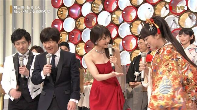 有村架純~NHK紅白歌合戦でのドレスが下がってきて胸の谷間が見えスリリング!0016shikogin