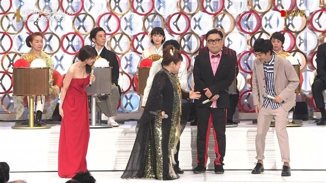 有村架純~NHK紅白歌合戦でのドレスが下がってきて胸の谷間が見えスリリング!0017shikogin