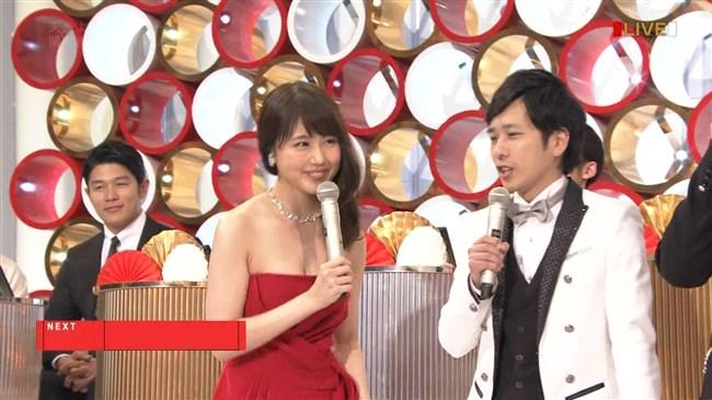 有村架純~NHK紅白歌合戦でのドレスが下がってきて胸の谷間が見えスリリング!0018shikogin