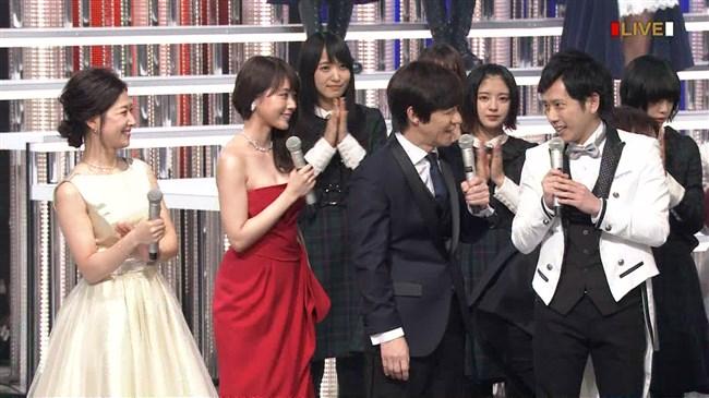 有村架純~NHK紅白歌合戦でのドレスが下がってきて胸の谷間が見えスリリング!0007shikogin
