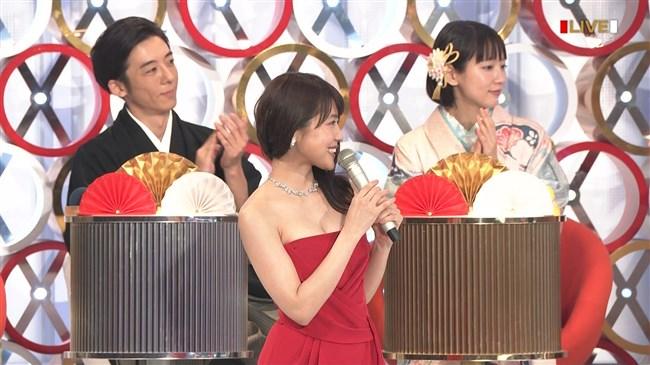 有村架純~NHK紅白歌合戦でのドレスが下がってきて胸の谷間が見えスリリング!0009shikogin
