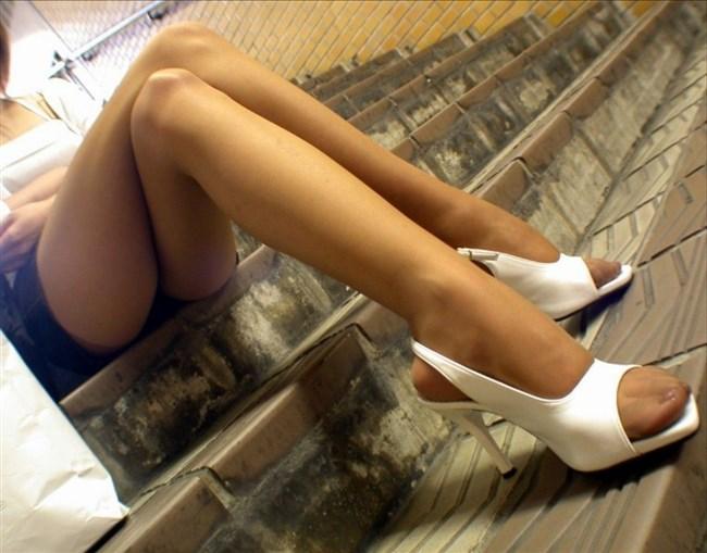 ミニスカ女子が足組んで太ももがむにゅってなってる光景がすこwwwww0015shikogin