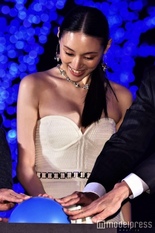 栗山千明~青の洞窟SHIBUYA点灯式での胸の谷間出しまくりのドレス姿が妖艶!0003shikogin