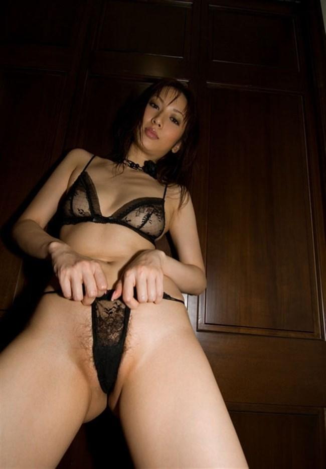 おま〇この割れ目に食い込ませて女性器をアピールしてくる性欲旺盛娘ww0032shikogin