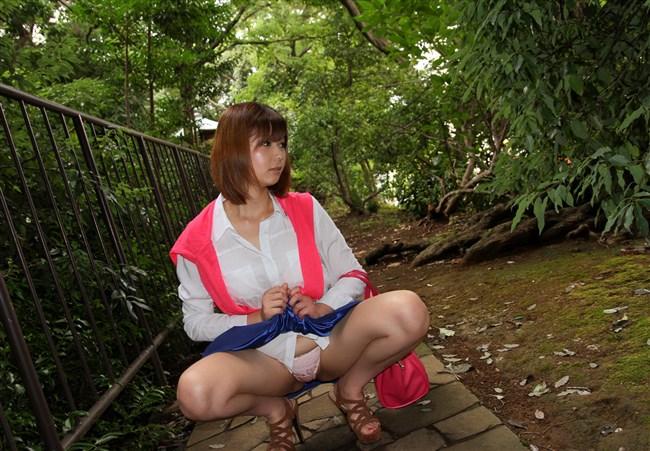こういう風にスカートをたくし上げてパンティ見せてくれるノリのよい女性好き過ぎww0005shikogin