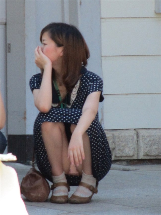 無防備なしゃがみ方をしてしまったミニスカ女子の恥ずかしいパンチラがこちらwww0012shikogin