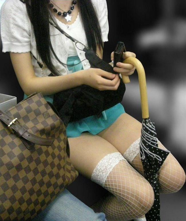 電車の座席に座って油断したスカート女子の下半身を盗撮wwwwwwww0002shikogin