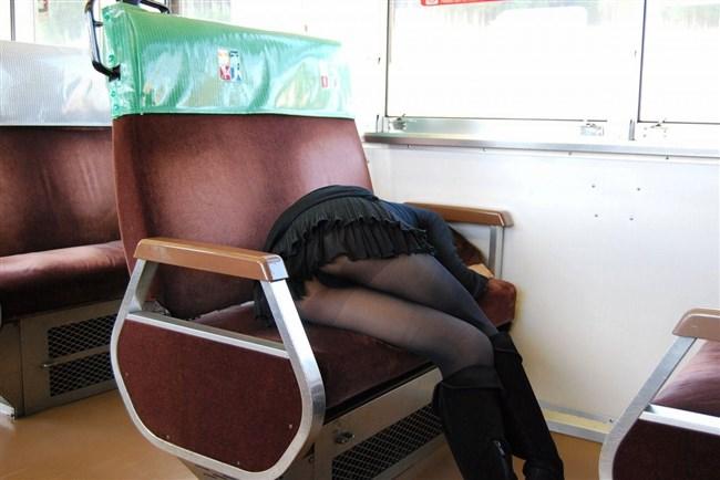 電車の座席に座って油断したスカート女子の下半身を盗撮wwwwwwww0004shikogin