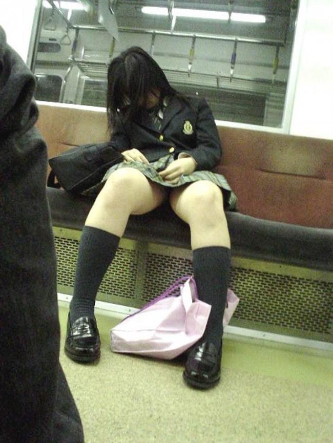 電車の座席に座って油断したスカート女子の下半身を盗撮wwwwwwww0006shikogin