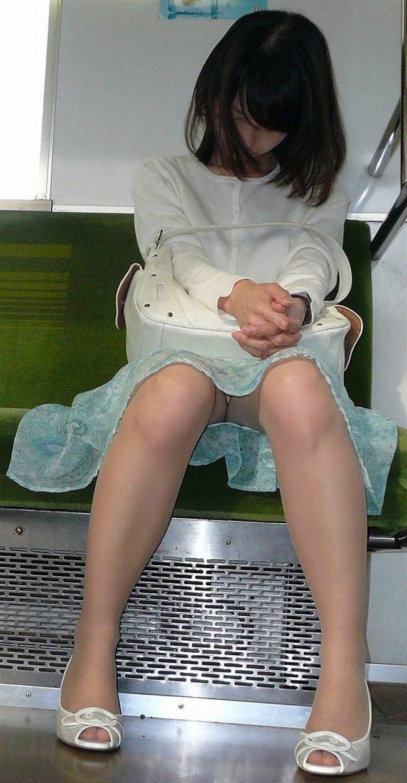 電車の座席に座って油断したスカート女子の下半身を盗撮wwwwwwww0007shikogin