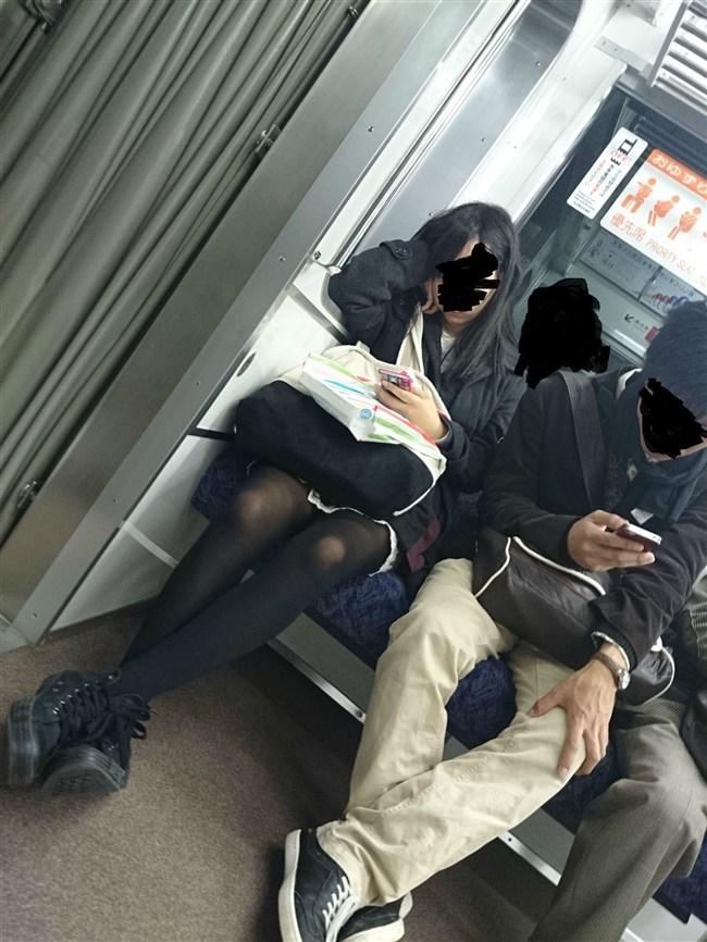 電車の座席に座って油断したスカート女子の下半身を盗撮wwwwwwww0011shikogin