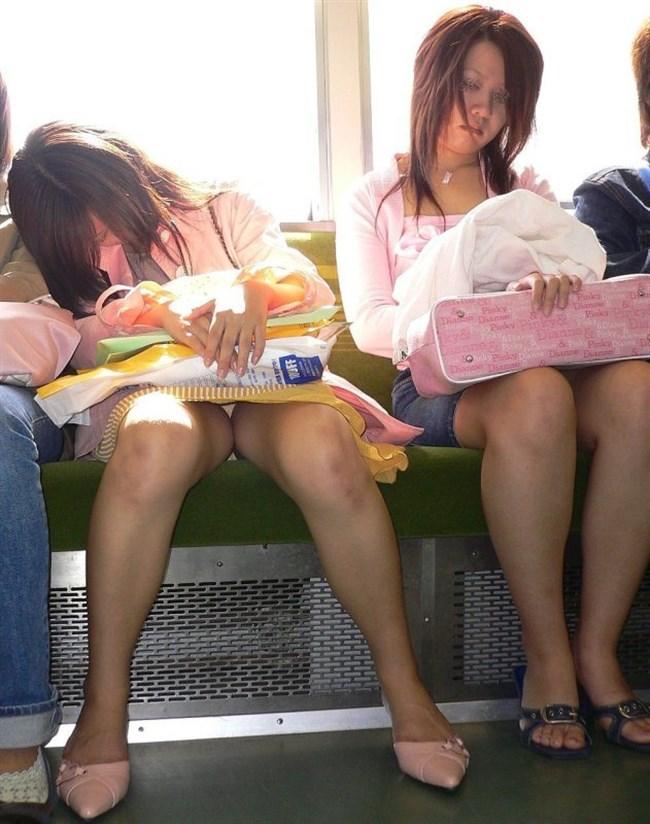 電車の座席に座って油断したスカート女子の下半身を盗撮wwwwwwww0012shikogin