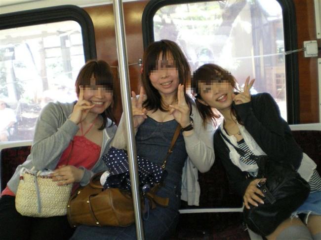 電車の座席に座って油断したスカート女子の下半身を盗撮wwwwwwww0015shikogin