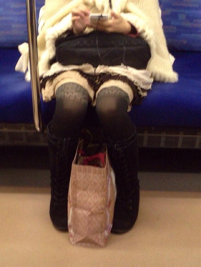 電車の座席に座って油断したスカート女子の下半身を盗撮wwwwwwww0016shikogin