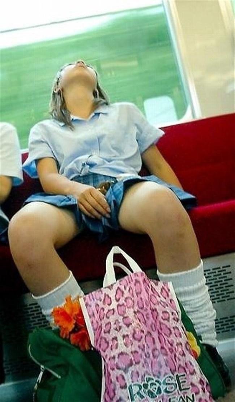 電車の座席に座って油断したスカート女子の下半身を盗撮wwwwwwww0017shikogin