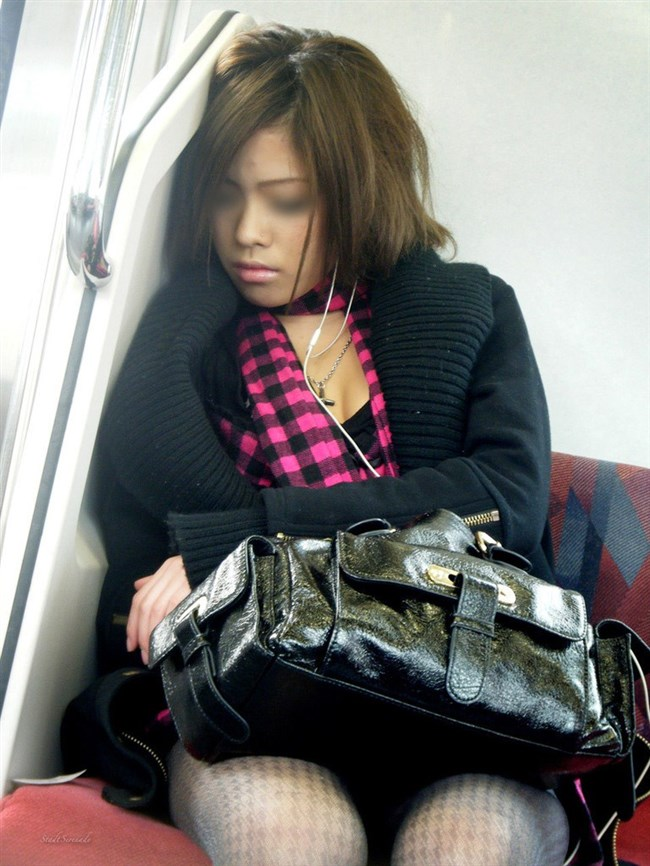 電車の座席に座って油断したスカート女子の下半身を盗撮wwwwwwww0018shikogin