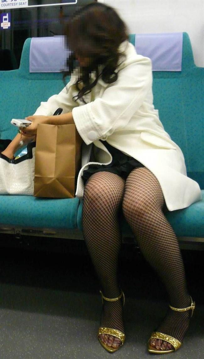 電車の座席に座って油断したスカート女子の下半身を盗撮wwwwwwww0019shikogin