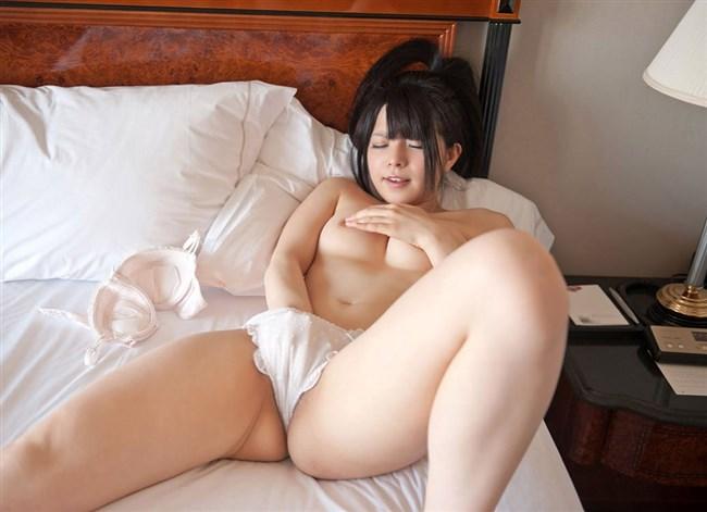 全裸でおま〇こを弄る姿がたまらなくえちえちな女の子のオナニーwww0005shikogin