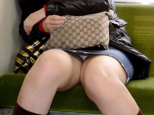 電車内でミニスカ女性が座った時の目のやり場wwwwww0003shikogin