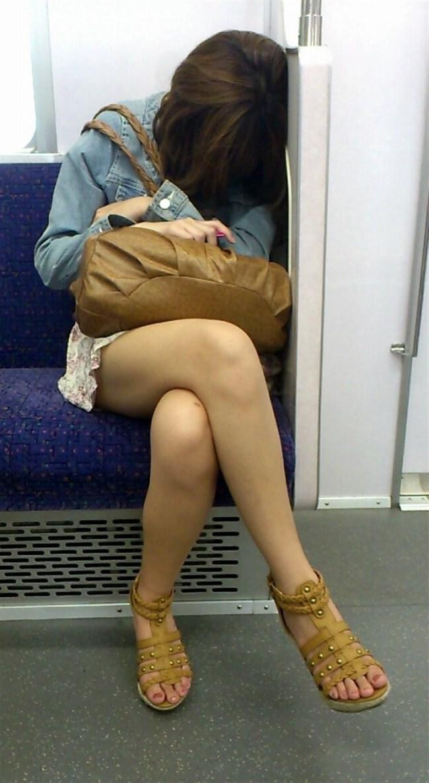 電車内でミニスカ女性が座った時の目のやり場wwwwww0006shikogin