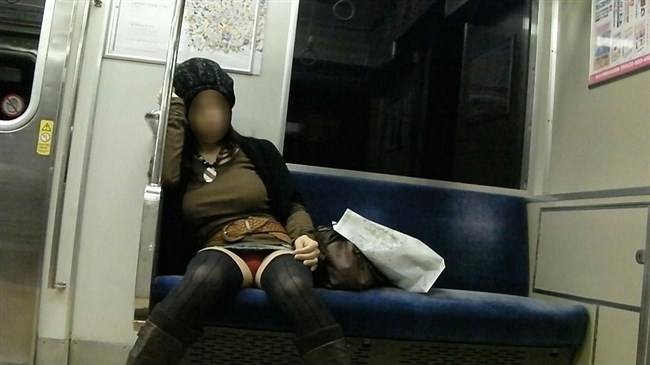 電車内でミニスカ女性が座った時の目のやり場wwwwww0013shikogin