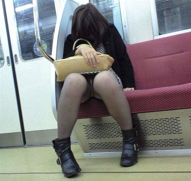 電車内でミニスカ女性が座った時の目のやり場wwwwww0015shikogin