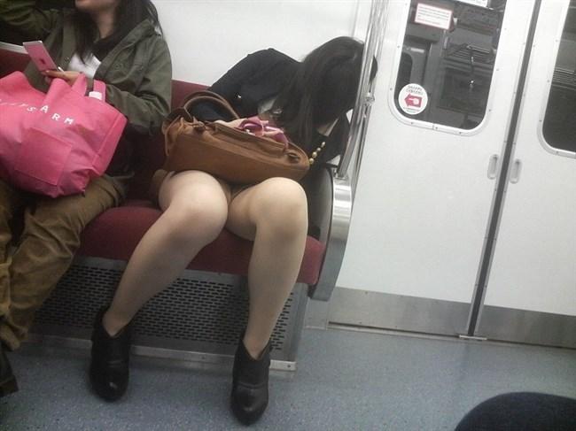 電車内でミニスカ女性が座った時の目のやり場wwwwww0018shikogin